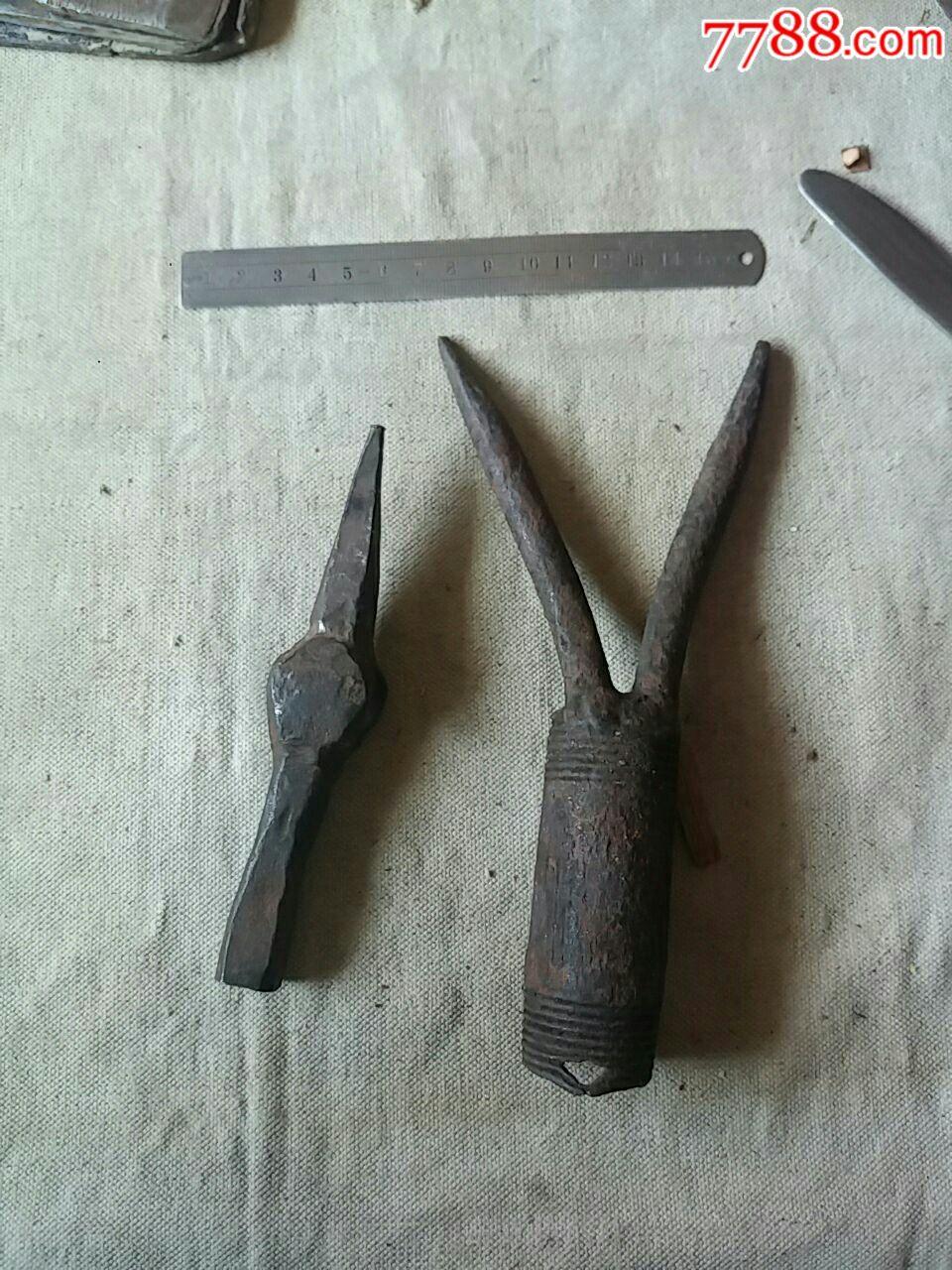 铁匠炉打造的锤子和叉农具木工小工具