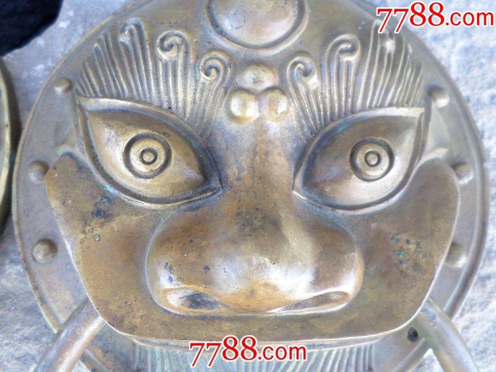 年代未细考;一对老木门黄铜兽面铺首-拉手环。铸造铜工艺,尺寸大,包浆厚实;整体精致完美。老铜器爱好收藏,装饰,挂摆使用。直径200mm厚度60mm;大圆环料直径12mm;大园直径170mm;重量1.8公斤。