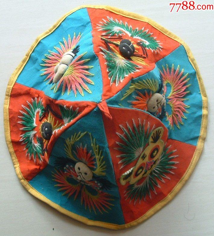 纯手工制作的极具特色的帽子:帽子上绣有老虎,蛇,蝎子,蜘蛛,色彩鲜明.