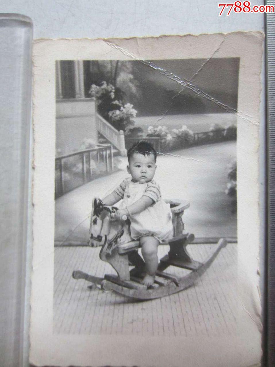 儿童骑木马留影(老照片)