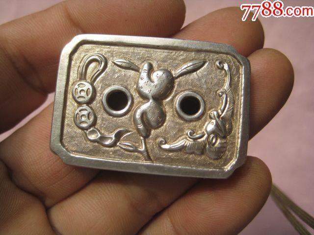 一个银鎏金的雕刻蝙蝠金钱图案的荷包扣
