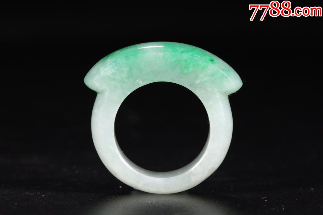 民国:翡翠戒指尺寸:直径3.2cm内径1.9cm重13.5克器呈圆形制,器表