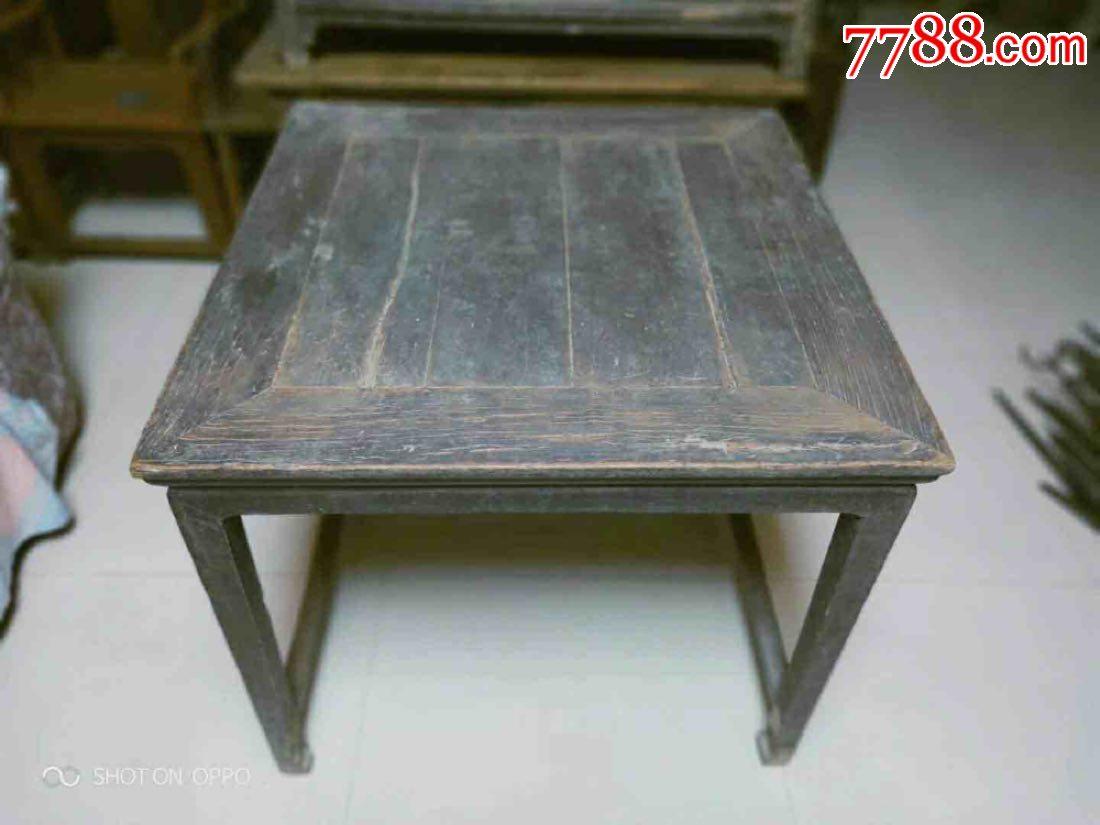 明代素雅老八仙桌,从结构和用途上讲八仙桌的流行存在着很大的必然性。普遍认为在大型家具中八仙桌的结构最简单,用料最经济,也是最实用的家具。其使用方便,形态方正,结体牢固。亲切、平和又不失大气,有极强的安定感,这也使得八仙桌成为上得大雅之堂的中堂家具。