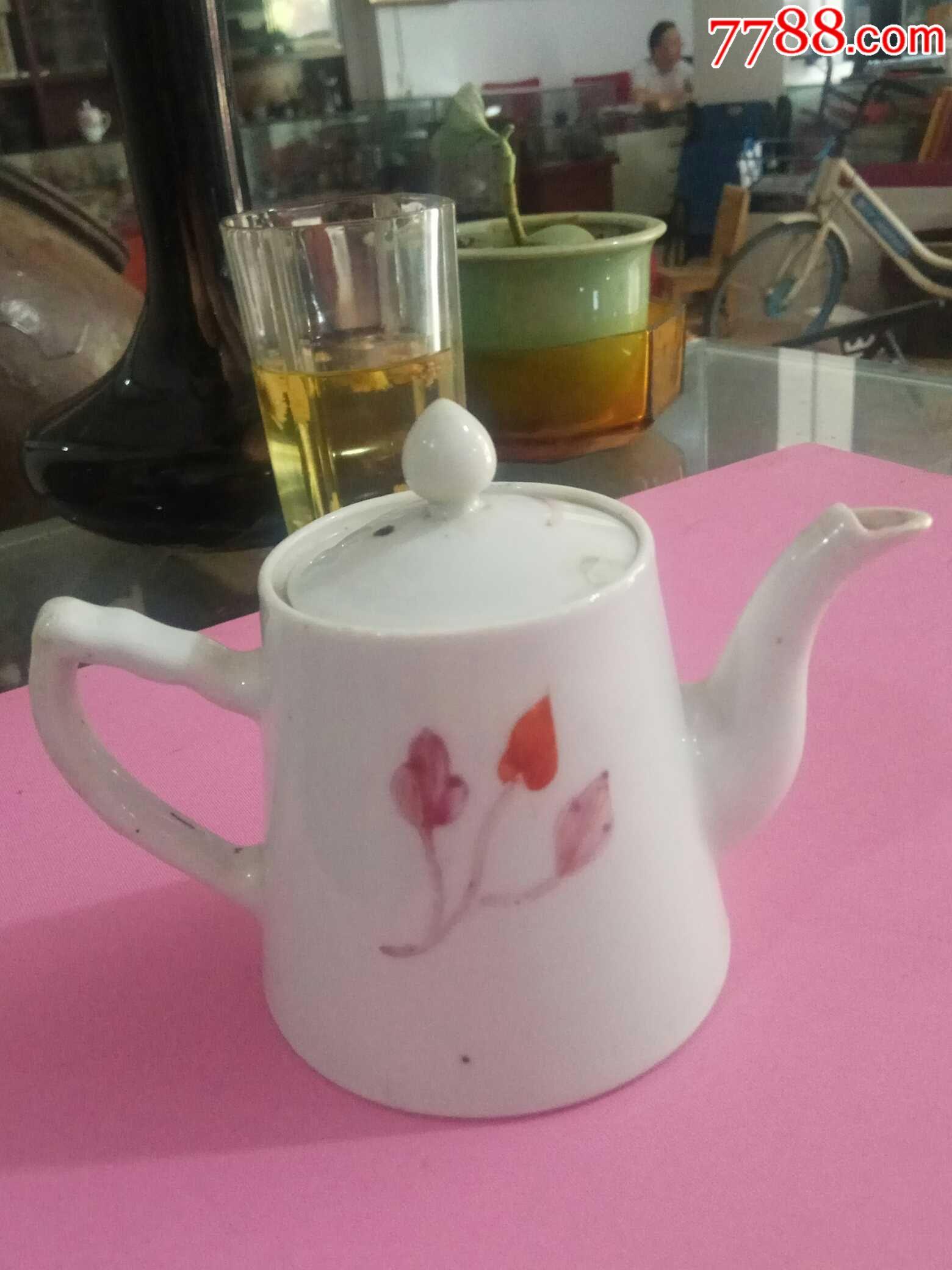 民国花卉茶壶盖有一小磕,壶嘴上有小线,如图,尺寸如图图片