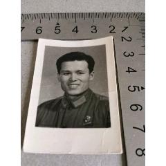 老照片—早期佩戴毛主席像章的革命軍人(se71346157)_7788收藏__收藏熱線