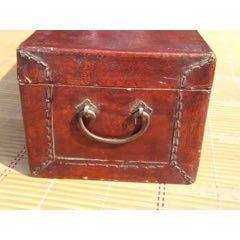 民国时期牛皮箱、铜饰件完整,包浆老道,品质如图。