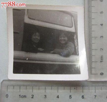 两女子趴在火车窗户上合影(老照片)