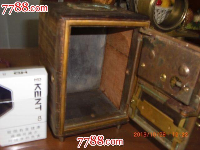 铜木结构的西洋微型保险柜摆件欣赏