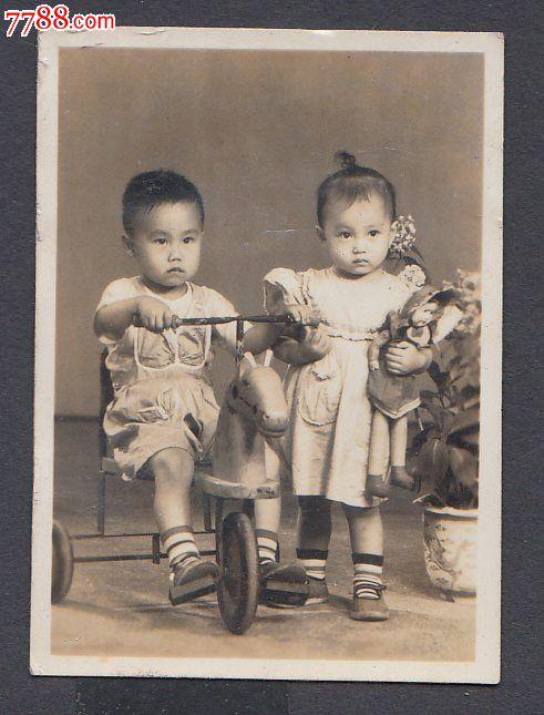 两个小孩子,那布娃娃,扎冲天杵