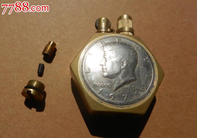 纯手工制作黄铜古董英国一便士钱币煤油打火机,六角外形。高度5厘米,宽度4厘米,厚度1.6厘米。大小适中。两面用真品英国一便士钱币镶嵌。用含银5%锡焊密封的。一便士硬币直径30毫米。硬币做成了拱形,质感较好。上盖有铜链连接于机身,不会丢失。牢固耐用。注油孔和上盖都有密封圈,几乎没有挥发。注油一次可以用很久。耗材煤油,火绳,火石和zippo通用,补给方便。