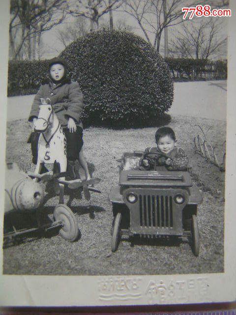 老照片【1953年,南京玄武湖儿童摄影处,2张】坐飞机,开汽车,骑木马