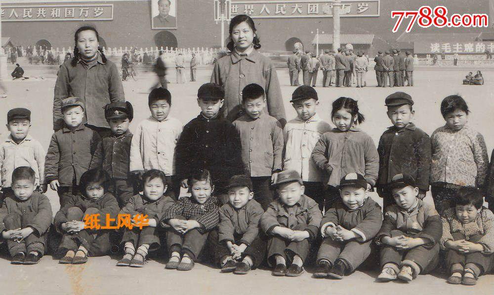 1969年天安门前的幼儿园孩子和老师合影,最重要位置林彪题词,张张懵懂的小脸,老照片,小型合影照,文革(67-76),黑白,4.1-6寸,无齿边,无标志,单张,无底片,se36710253,零售,7788收藏__中国收藏热线