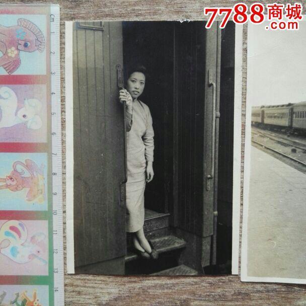 民国妓女照片2张【妓女在火车上】