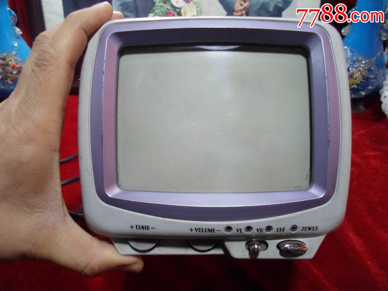 完整存世无任何磕裂的一款非常少见,存世稀少的迷你型老电视机。开机正常,成色保存还算不错。零部按键、电源线、天线、音量、光亮度及所有旋钮能正常使用,对几十年前的老电视机来讲比较难能可贵了。没有有线信号来测试清晰度,见图。不包能否影像清晰!二手老电器产品无售后,仅当做怀旧收藏和陈列展示用!
